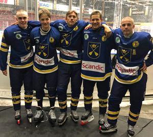 Malungs IF:s TV-puckenfemma är från vänster: Alfred Thors, Lukas Lagerberg, Jens Nilsson, Ludwig Laband och Adam Gudmundsson. Nilsson och Gudmundsson spelar kvar i Malung, medan Mora (Laband och Thors) och Leksand (Lagerberg) är nya klubbadresser för den övriga trion.