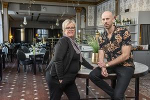 Hotellchef Monica Lindmark och kökschefen Henrik Wallin jobbar hårt tillsammans för att hitta många olika sätt att locka folk ut ur stugorna.