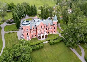 Slottet med delar av trädgården.