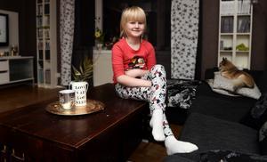 En lycklig tjej som äntligen är klar med sin 30 månader långa cancerbehandling.