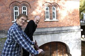 Jerker Beckman och Niklas Hjulström har nu satt igång arbetet med att skapa en förställning om Asea.