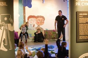 Rickard Schill från Länsmuseet berättade läskiga historier och får här barnen att skrika i kapp med honom, för att åstadkomma det ljud han behöver för berättelsen.
