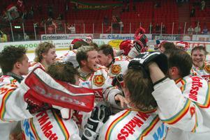 Glädjescener från när Mora IK gick upp till dåvarande Elitserien säsongen 2003/04. Foto: Bertil Ericson/TT