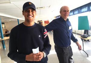 Leon Howell, 19 år, röstade för första gången. På bilden tillsammans med valförrättaren Pelle Johannisson.