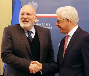 Kompisar igen? Efter en lång iskyla togs EU-kommissionären Frans Timmermans (t v) emot i Polen. Till höger: Polens utrikesminister Jacek Czaputowicz. Polen är på väg att backa för EU-kommissionens krav när det gäller principerna om rättsstaten.