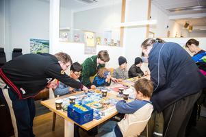 Lars Axelsson lärde ut pokémon till de lite yngre besökarna. FOTO: JONAS ERIKSSON