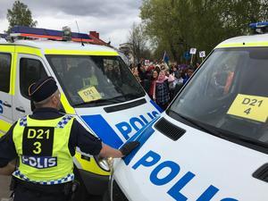 När nazistiska Nordiska motståndsrörelsen skulle lämna spärrade polisen av motdemonstranter med bilar och hästar.