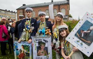 Esteteleverna Axel Wennberg, Ludvig Woxström, Julia Forsberg och Louise Halvarsson laddade med champagnefrukost klockan halv sju i spöregn.