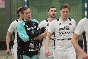 Målvakten Lucas Davidsson klappar om Dennis Östling – två heta lirare med huvudroller i derbykampen.