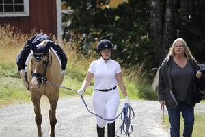 Örebroryttaren Victoria Näsman med hästen Atila och Marianne Bergman tycker att Tre små gummor är ett bra arrangemang med trevliga funktionärer.