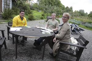 Miljöpartisterna Mikael Hjort, Aron Knifström och Åsa Wikberg vill att kommunen anställer vad man kallar ickepedagogisk personal i barnomsorgen.