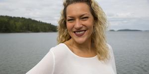 Sångerskan och showartisten Jessica Berge är uppväxt i Viksberg och har efter några års frånvaro återvänt till Södertälje. Nu vill hon starta en stor kör för alla i sin hemstad.