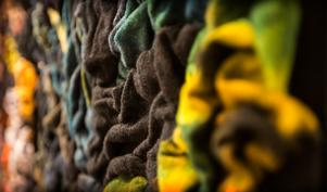 Ytor skulpterade av textil ger en sinnlig, organisk känsla.