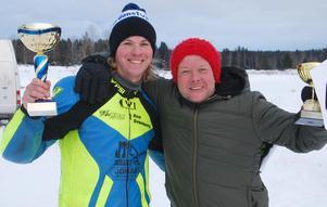 Ken Svanberg tog guld på isbana. Grattas här av oldboyssegraren Anders Jansson. FOTO: KURT ELIASSON