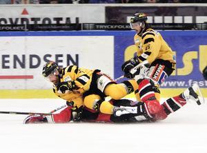 2003. Markus Kristoffersson spelar i Skellefteå och trycker ned Södertäljes Robert Döme i en kvalmatch till elitserien. Foto: TT