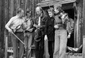 En bild från folkmusikveckan 1974.  Lärarna Ola Jonasson och Salmo Sahlin tillsammans med eleverna Lars Östberg, Britt Olofsson och Eva Hallander.
