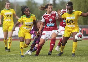 Freweyni Tewelde (med nummer nio) störtar fram mot mål i ett möte med Sandviken förra säsongen.