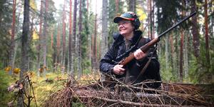 I väntan på älgarna. Irene Björklund på pass i skogarna väster om Sala.