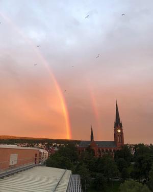 Från taket ovanför Sundsvalls Tidnings redaktion såg regnbågen ut att peka ut en skatt någonstans mellan Sidsjön och Södra berget. Bild: Julia Andersson