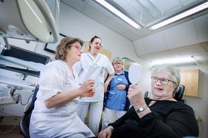 Gun-Britt Johansson tittar sig i spegeln och är nöjd med den nya näsan. Bredvid står Protetikklinikens  team, bestående av  anaplastologen Kerstin Bergström, övertandläkaren Barbro Swartz och tandsköterskan Margret Martinsson.