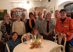 Delar av Ludvika Smedjebackens Zontaklubb samlades på Cafe 1862 för att fira Zontas 100-års jubileum.  Foto: Cecilia Leonardsson