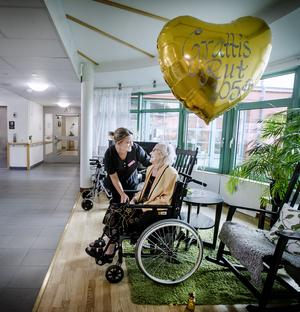 Rut Lindmark i samspråk med Dayse Bohn, som är undersköterska på Sirifshofs äldreboende på Öster i Örebro. I den här delen av stan har Rut tillbringat många år – framför allt på Oskarsvägen och Engelbrektsgatan.