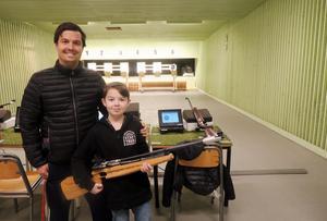Niklas och Oscar Avenstierna brukar träna skytte på torsdagarna och ser det som en rekreationssport.