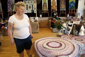 Besökaren Annika Lundström betraktar den matta som senare blev hennes egen.