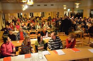 Många kom. Intresset och engagemanget för skolfrågan var stort, och Casselgården fylldes av åhörare som ville följa beslutsdebatten.