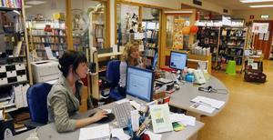 –Det har varit på tapeten flera gånger tidigare så vi är inte särskilt förvånade, säger Ann-Marie Öhlin (till höger) om att biblioteket kan komma att läggas ner. Hon och Eva Norrbelius Coleman arbetar där.