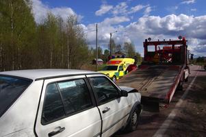 Tre förda sjukhus. Här bärgas en av olyckbilarna medan ambulansen i bakgrunden för en av de skadade till Mora lasarett. Olyckan inträffade klockan 15.42 på tisdagen i Vika sex kilometer söder om Mora.