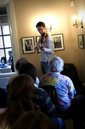 Mästerlig. Många räknar Olov Johansson som Sveriges främsta utövare på nyckelharpa. Han var med och startade folkmusikgruppen Väsen och har haft stora framgångar med folkrockarna Nordman. I går gästade han folkmusikpuben på Främby Udde i Falun.
