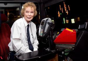 """Trivs. Busschauffören Lisa Brattvik ser till att få jobba nyårsafton. """"Det är så roligt"""", säger hon."""