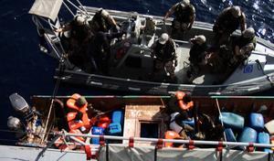 Svenska soldater griper pirater i Adenbukten 2009. Problemet med pirater har nu i stort sett försvunnit från området.