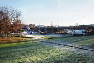 De öppna ytorna vid Stålhamravägen-Nyköpingsvägen och Saltskogsfjärden, eller Scaniasjön som den kallas i folkmun, är omtyckta – men medborgarna vill se uppgraderingar med mer varierad växtlighet av blommor, buskar och träd samt bättre belysning och bullerskydd mot E20. Foto: Södertälje kommun