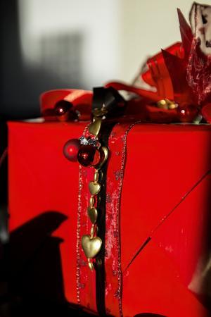 Små julkulor och girlanger kan du fynda på loppis.