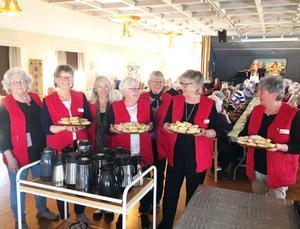 Röda korsets frivilliga arbetare serverade fikat i Casselgården på söndagen. Foto: Privat