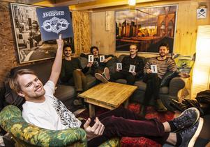 David Killander med Jordskred första vinylskiva.