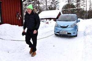 För två år sedan köpte han elbilen och numera kan han inte tänka sig att gå tillbaka till bensindrivet.