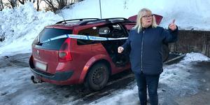 På tisdagsmorgonen sattes ännu en bil i brand på Vegagatan. Närboende Anette Walch, som larmade om soprumsbranden dagen innan, fick återigen se polisbilar rulla in i kvarteret.