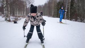 Elfrida Virtanen, 6, visar sin nyfunna skidtalang. I bakgrunden pappa Stefan Virtanen, bördig från Norberg men numera boende i Nässjö.