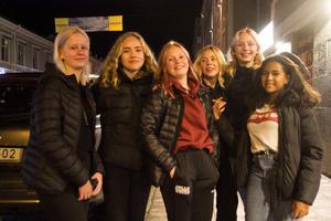 Det finns bara tre butiker i Hudik, men när Fanny Lundgren, Ella Andersson, Ida Johansson, Emma Eriksson, Anine Färlin och Selam Kahsai ska räkna upp vilka butiker det är blir det sex butiknamn på listan.