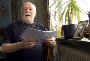 Han fångar vardagens känslor i ord. Love Salminen läser ur sin diktsamling.