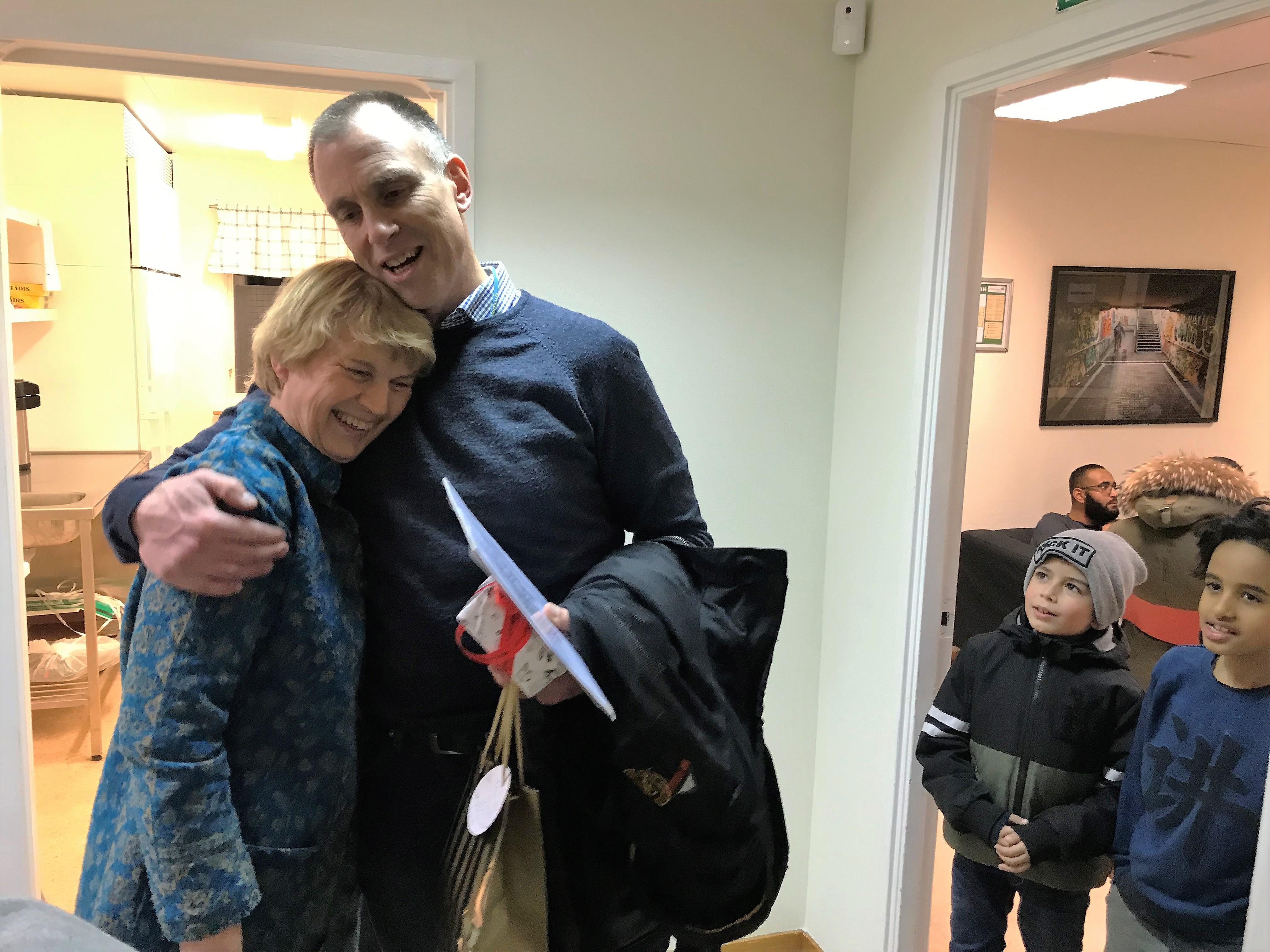 Fredrik avtackades av flera organisationer i Vivalla som uppskattat hans jobb. Monica Axelsson på Vivalla familjecentral uppvaktade med present och kram.
