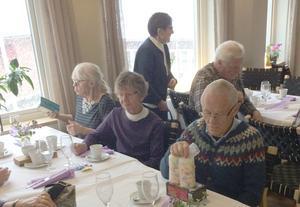 Ett 40-tal medlemmar kom till höstmötet där elevernas matkonst och servering gladde stort. Foto: Torsten Lind