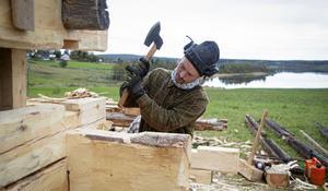 Niklas Turesson, Alla tiders hantverk AB, är en av timmermännen som ser till att den gamla storladan i Sunnansjö får leva vidare. Foto: Henrik Karmehag/VK