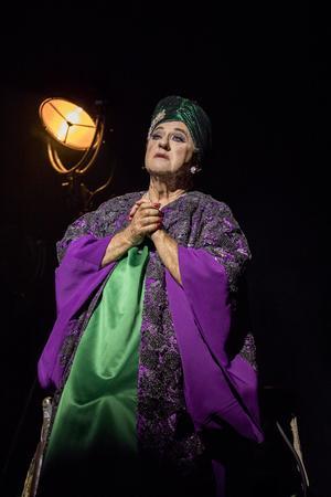 Klädskaparen Camilla Thulin har gjort de fantastiska kreationer som Tommy Körberg bär som Lola. Pressbild: Knotan