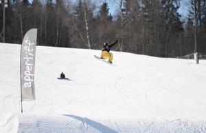 Det blev många hopp på både skidor och snowboard.