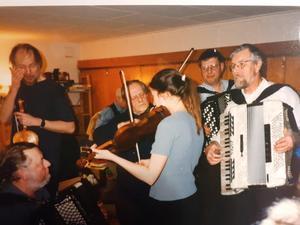 17 februari 1998 träffades musikanter i Svärdsögården på Torö. Foto: Max Möllerfält