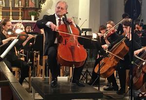 Cellisten och dirigenten Ola Karlsson visade varför han är just professor och solist i Radiosymfonikerna. Bild: Lars Westin